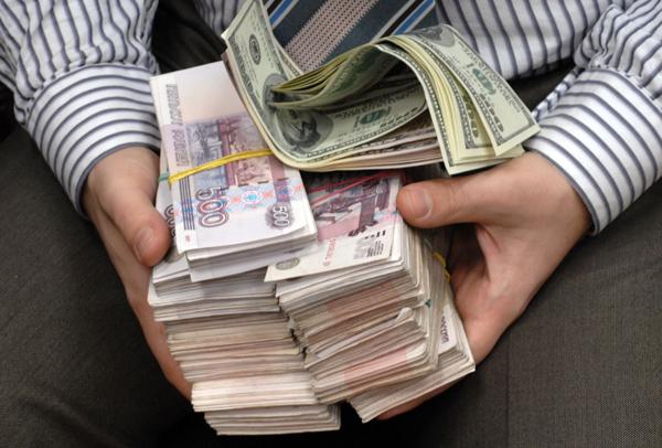 Эксперты: За август россияне вывели из банков более 140 млрд рублей